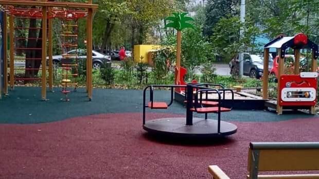 Во дворе дома на Абрамцевской открыли детскую площадку