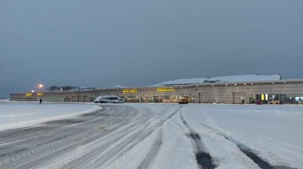 В Краснодаре из-за снегопада приостановил работу аэропорт