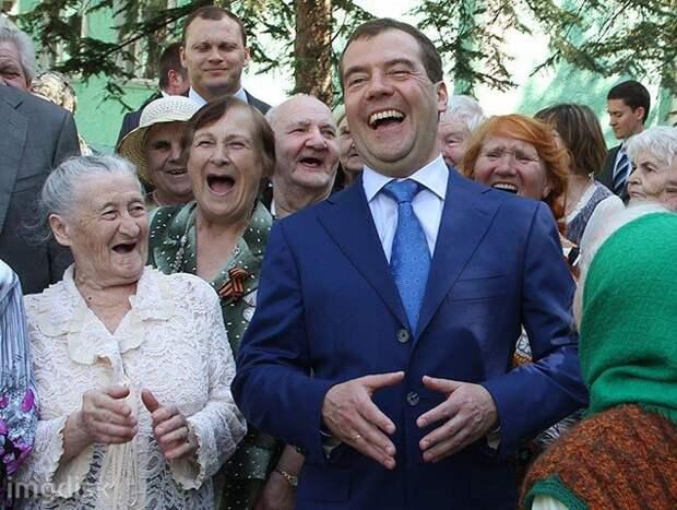 Пенсионеры в России шикуют. Медведев привел в пример свою бабушку