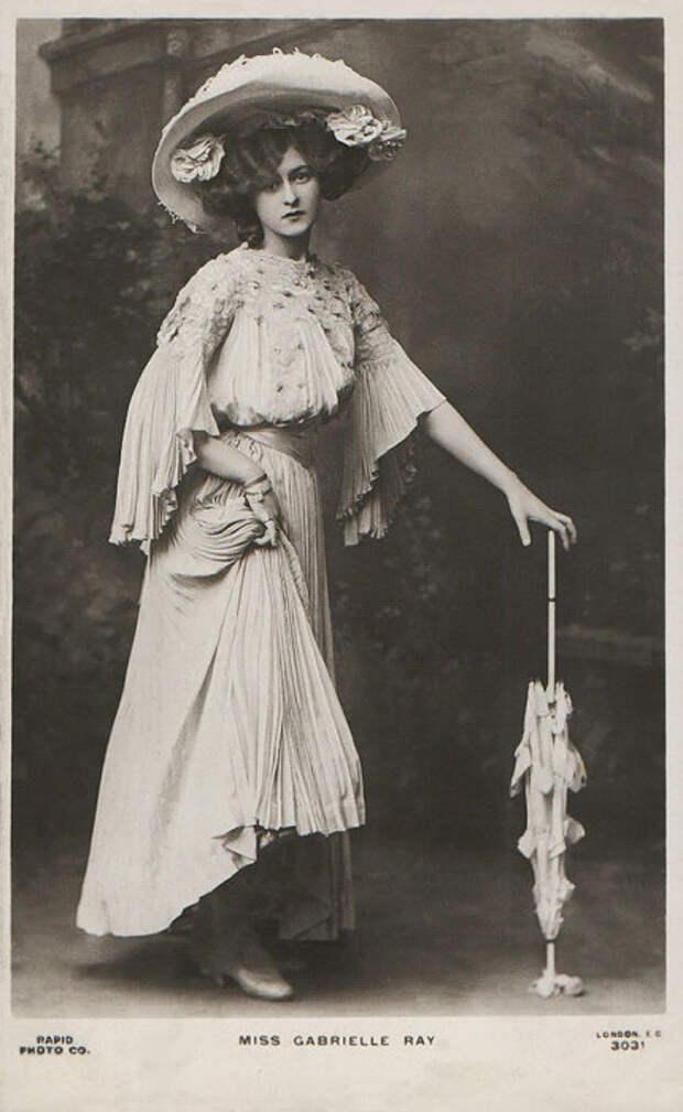 Английская танцовщица и певица, актриса музыкального театра.