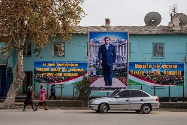 В любом кишлаке или городе обязательно встретится плакат с президентом Таджикистана Эмомали Рахмон жизнь простых людей, миграция, таджикистан