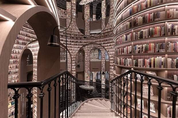 Почти как в Хогвартсе: как выглядит «бесконечный» книжный магазин вКитае