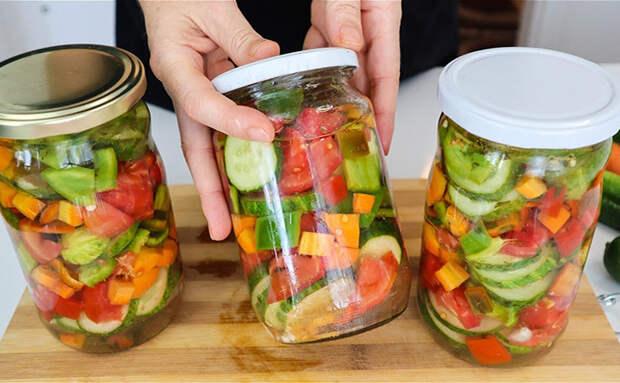 Режем летний овощной салат, а потом закрываем в банку без лишнего маринада. Зимой сохраняется весь вкус и хруст