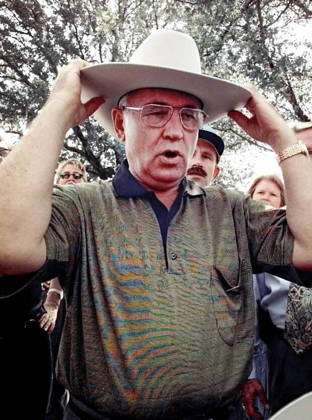 Горбачев в Техасе примеривает подаренную шляпу, 1998