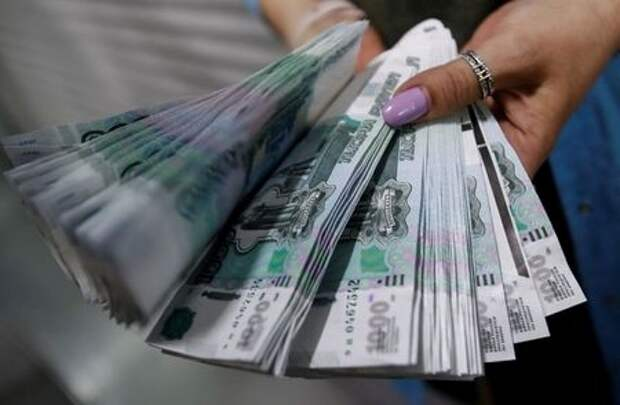 An employee holds 1000 Russian Roubles notes at Goznak printing factory in Moscow, Russia July 11, 2019. REUTERS/Maxim Shemetov