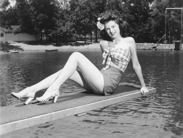 Шорты сукороченным топом: любимый летний наряд молодых американок 40-х годов