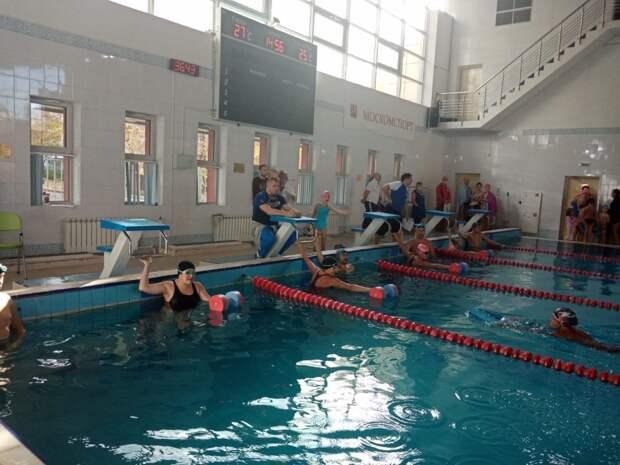 Семьи из Бабушкинского завоевали три медали на окружной эстафете по плаванию