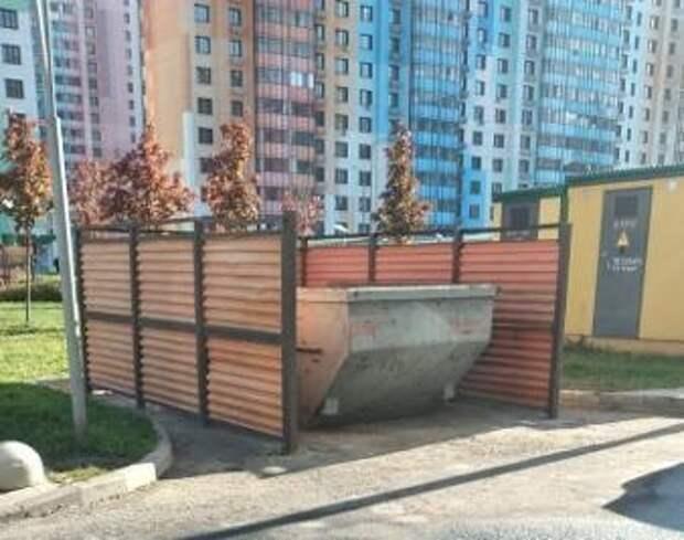 Коммунальщики убрали мусор с контейнерной площадки нескольких дворов на Дмитровском