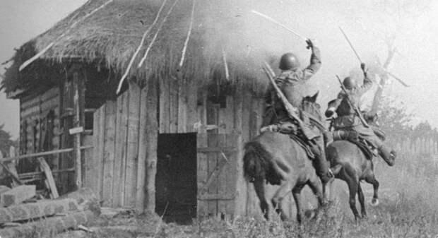 Советские кавалеристы из состава частей 2-го гвардейского кавалерийского корпуса Брянского фронта врываются в село, занятое противником. СССР, война, история