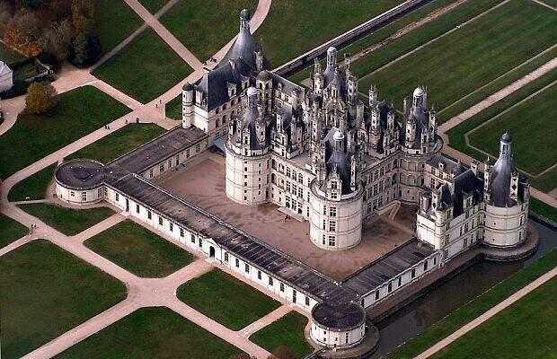 Утонувший замок во Франции: съемка с дрона