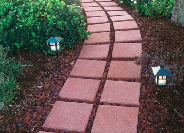 Красная плитка в сочетании с красным гравием смотрится просто и стильно. /Фото: s3-production.bobvila.com