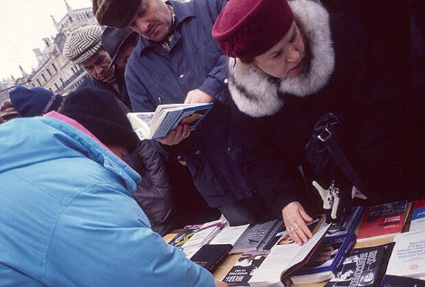 Книжный развал. 1990-е годы