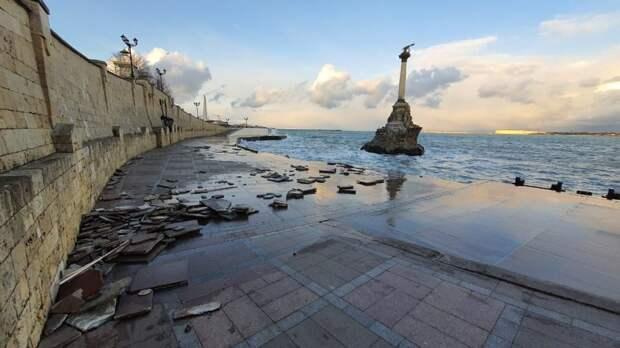 В Севастополе штормом смыло плитку возле памятника затопленным кораблям