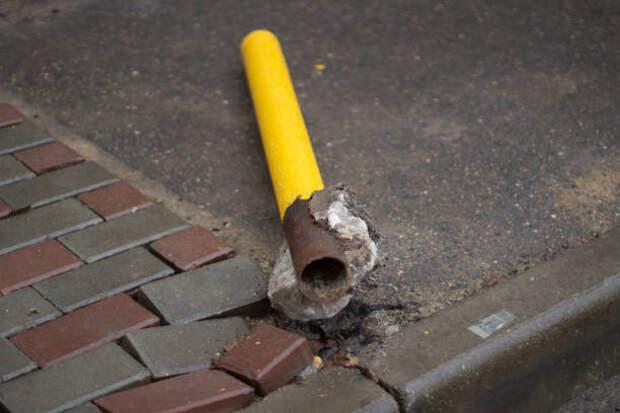 сломанный парковочный столб. поврежденная остановка парковки. - столбики на парковке стоковые фото и изображения