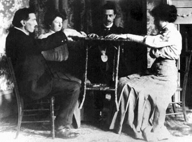 Спиритический сеанс в 1890 г.   Фото: jsulib.ru