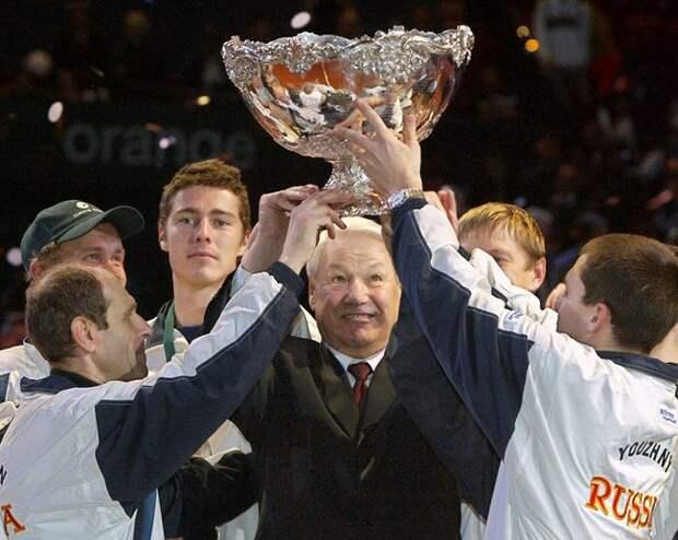 Борис Ельцин, теннисисты Марат Сафин, Евгений Кафельников иМихаил Южный сКубком Дэвиса после победы россиян над сборной Франции вчемпионате мира 2002 года