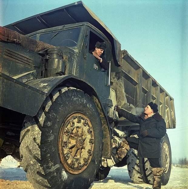 Карьерный самосвал МАЗ-525 во время работы на кимберлитовой трубке Мира СССР, автомобили, советская техника, советские машины