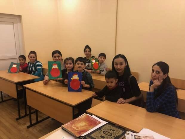 Вместе с детьми учатся и мамы/ Руководитель фонда помощи мигрантам «Рядом дом» о. Дионисий Гришков