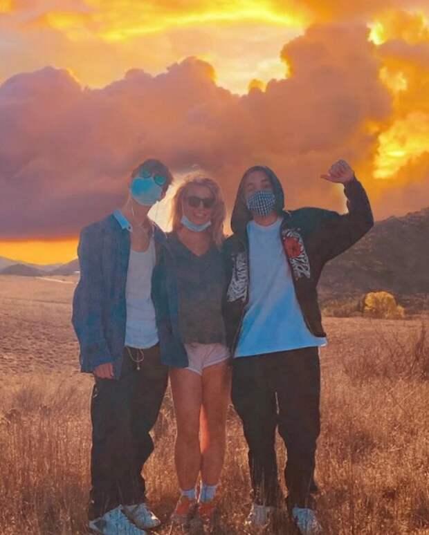 Бритни Спирс опубликовала редкое фото с сыновьями, над которыми почти потеряла опеку