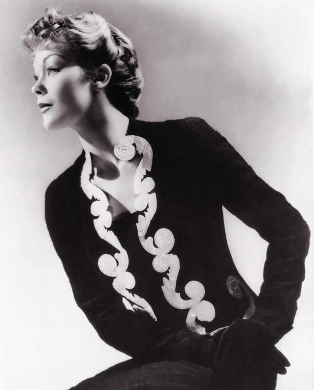 Модель в платье и жакете Schiaparelli