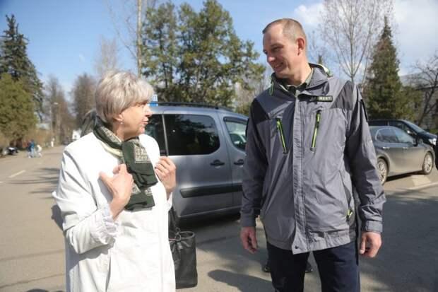 Префект СВАО беседует с жительницей района/Артур Новосильцев, газета «Звездный бульвар»