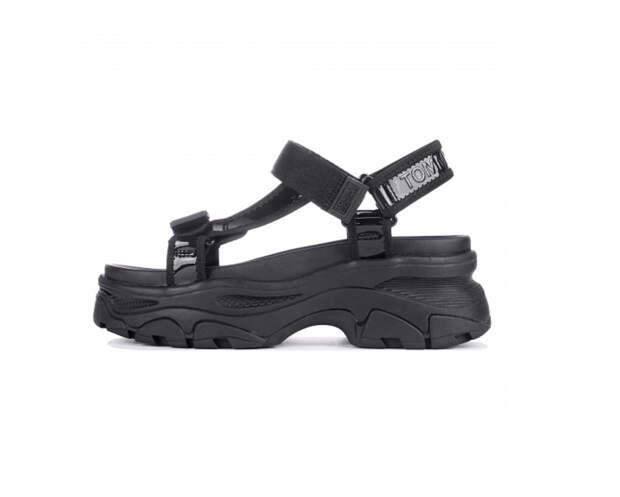 В моду вошли грубые сандалии, которые раньше носили только дедушки