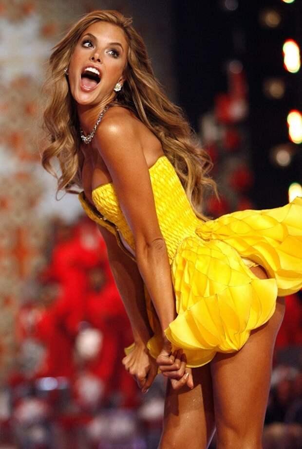 В 2008 году топ-модель заняла вторую строчку в списке «99 самых желанных женщин мира» по версии сайта для мужчин AskMen.com. Заработок за последний год: 5 миллионов долларов.