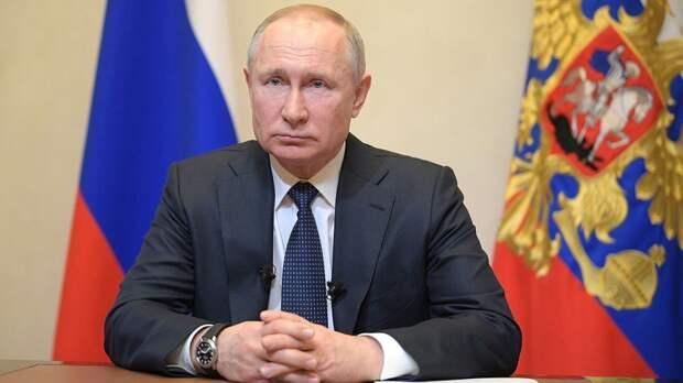 Владимир Путин возложил цветы к памятнику Александру III в Гатчине