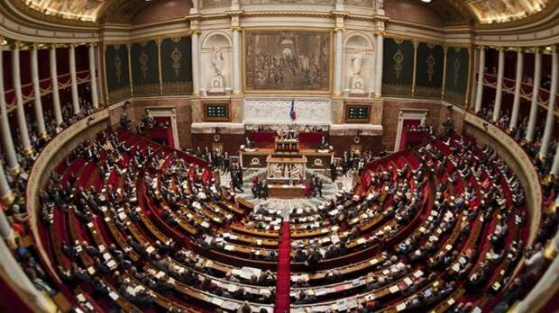 Левые и правые пошли от парламента Франции. /Фото: euromag.ru.