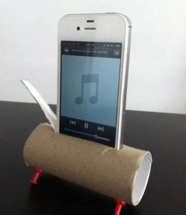 Используйте картонную бабину от туалетной бумаги, как подставку и усилитель звука для смартфона.