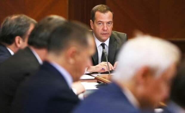 Медведев задумался: Кого выгнать из правительства?