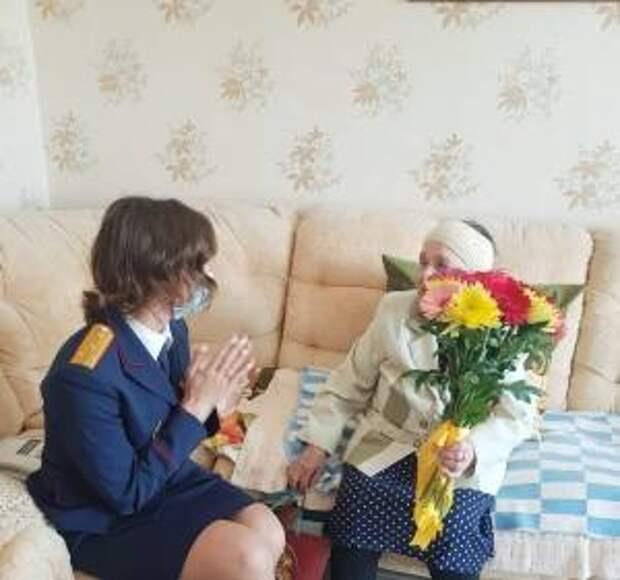 Сотрудники Сургутского межрайонного следственного отдела поздравили ветерана Нефедову Любовь Ефимовну