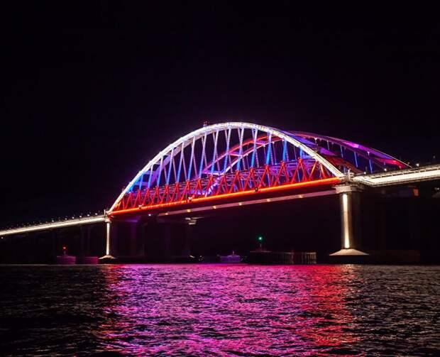 Арки Крымского моста засветились цветами триколора