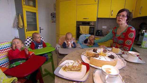 Семья сегодня перебралась в новый дом под Берлином и празднует день рождения четверняшек в своем, довольно, широком семейном кругу бывает же такое, дети, жизнь, истории, маты, удивительное