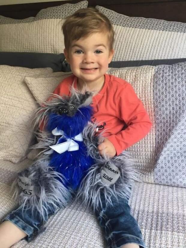 Мальчик шьёт мягкие игрушки