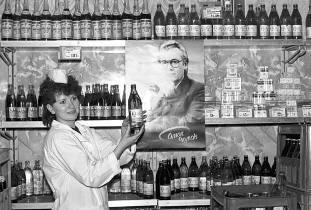 Продавец гастронома «Таганский» предлагает заряженную воду Аллана Чумака, 1992 год