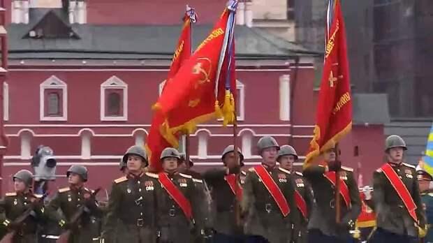 Знамя Победы на Красной площади. За ним – знамёна воинских частей, награждённых...