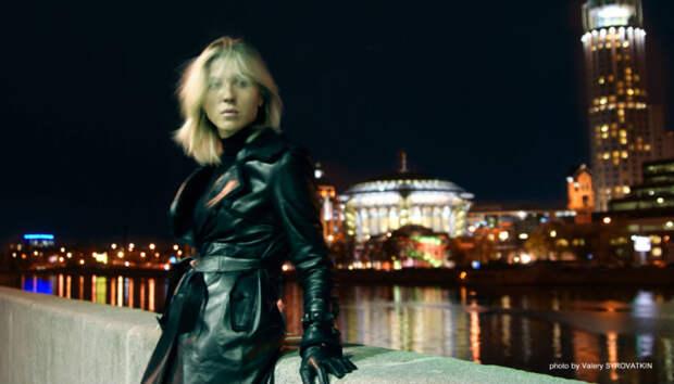 Звезда 90-ых Лика Стар в прогулке по осенней Москве.