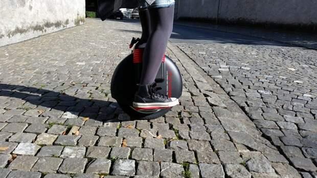 Девушка на моноколесе взяла на таран выезжающий со двора на Дубнинской автомобиль