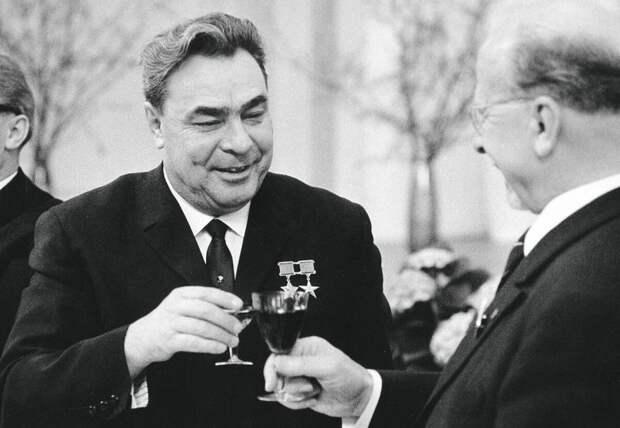 Хитрая схема от Леонида Ильича, чтобы и водку пить и хорошо себя чувствовать за столом