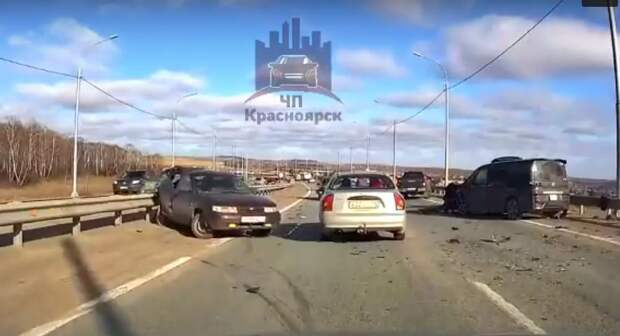 Три человека пострадали в массовой аварии на трассе под Красноярском