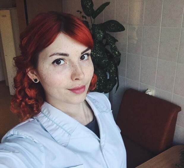 А эта прекрасная рыжая красотка трудится в детской поликлинике в больнице, красавицы, красотки, медицина, медсестра, медсёстры, первая помощь