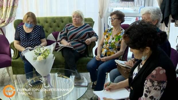 В рамках «Ямальского долголетия» для женщин 50+ организовали мастер – класс по красоте и макияжу