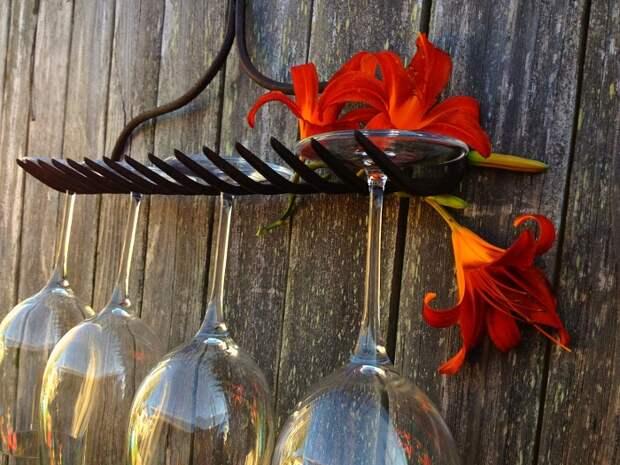 Грабли - отличный держатель для бокалов. / Фото: Cosygarden.net