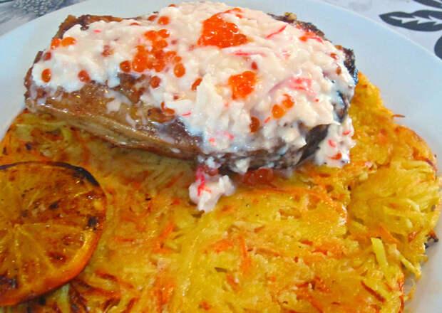 Толстолобик с крабовым соусом и чесноком На картофельном дранике.