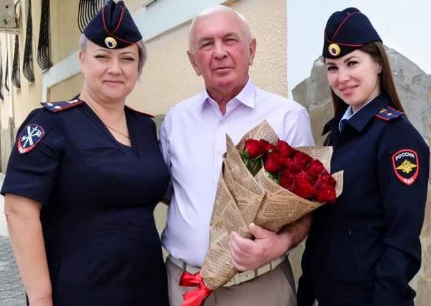 Сотрудники ОМВД России по Черноморскому району поздравили ветерана органов внутренних дел с 70-летним юбилеем