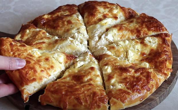 Сворачиваем сыр в лист теста и сырный пирог почти готов