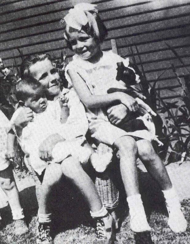 24 редких снимка маленькой Нормы Джин еще дотого, как она стала Мэрилин Монро