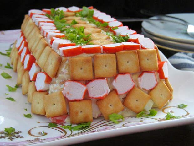 Закусочный тортик из крекеров и крабовых палочек