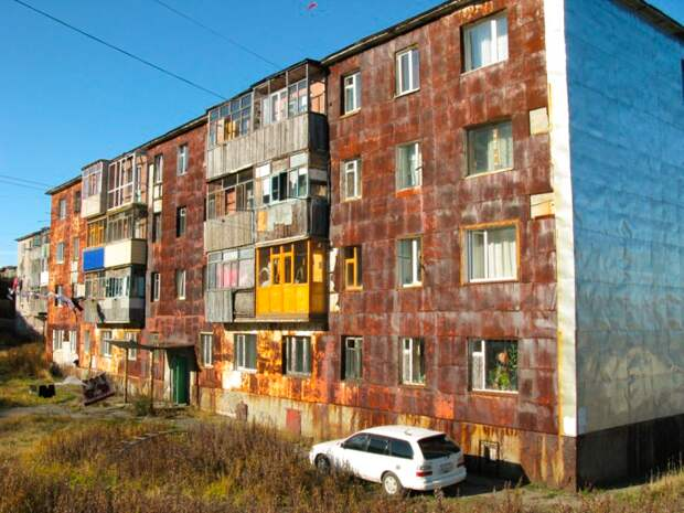 Довольно жудкое зрелище, на Камчатке стены многоэтажек покрыты ржавчиной поче...